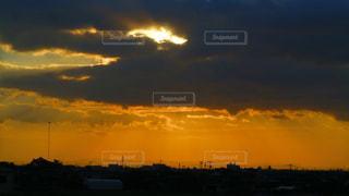 夕焼け空に浮かぶ雲の写真・画像素材[858276]