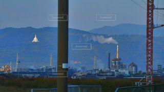 背景の山と工場 - No.858282