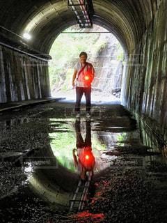 トンネルの中で水たまりに写った人 - No.920463