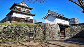 大きな岩のある石造りの建物の写真・画像素材[1069774]