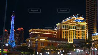 夜のライトアップされた街の写真・画像素材[1519325]