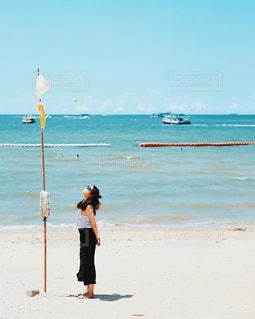 ビーチでカイトを飛行男の写真・画像素材[850709]