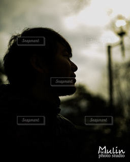 男がカメラを見ての写真・画像素材[850710]