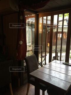 ダイニング ルームのテーブル ウィンドウの前での写真・画像素材[844064]