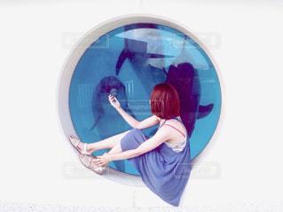 女性,1人,モデル,20代,風景,夏,イルカ,水,水族館,沖縄,人物,美ら海水族館
