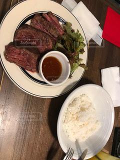 板の上に食べ物のボウルの写真・画像素材[765766]