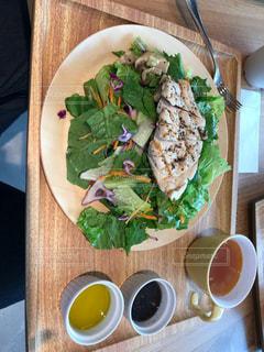 木製のテーブルの上に食べ物のプレートの写真・画像素材[765767]