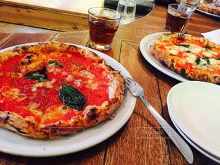 テーブルの上のピザのスライスを皿の料理の写真・画像素材[850324]