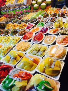 様々 な新鮮な果物や野菜の展示の写真・画像素材[891283]