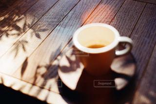 木製テーブルの上のコーヒー カップの写真・画像素材[929646]