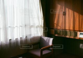 大きな窓付きの部屋の写真・画像素材[930469]
