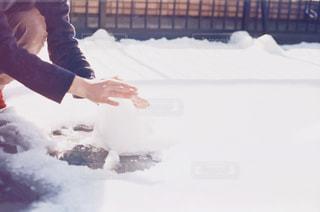 雪の上に座っている人の写真・画像素材[1009099]