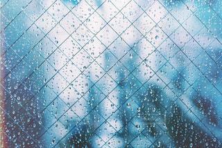 青と白のタイル張りの床の写真・画像素材[1104275]