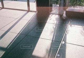 歩道にベンチの写真・画像素材[1244772]