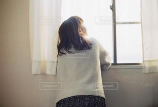 窓前の女性の写真・画像素材[1778875]