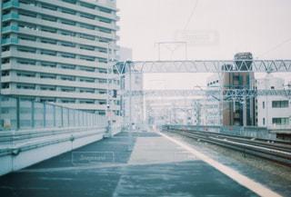 市内の線路上の列車の写真・画像素材[2681488]