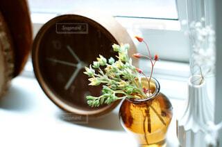 テーブルの上に花の花瓶の写真・画像素材[4455900]