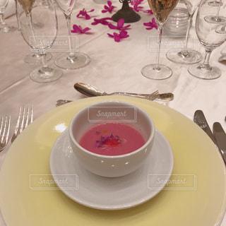 食品とテーブルの上にワインのグラスのプレートの写真・画像素材[1154561]