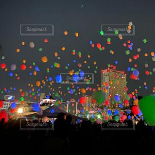 Celebration Night -スカイランタンと花火の夜祭り-の写真・画像素材[3054017]