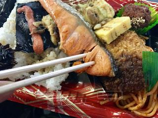 食べ物,食事,ランチ,日常,弁当,食べる,和食,おいしい,鮭,生活,ライフスタイル,一人暮らし,シャケ,コンビニ弁当,リアル感,ほぐす