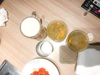 木製のテーブルの上に食べ物のプレート - No.737159