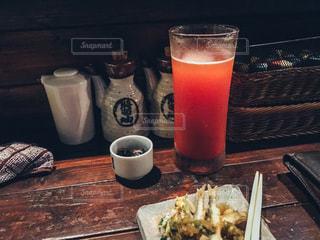 食べ物やビール、テーブルの上のガラスのプレート - No.737388