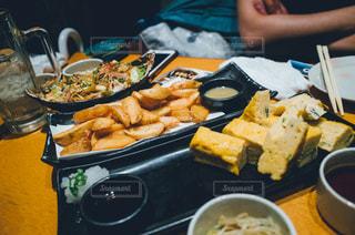食品のプレートをテーブルに座っている人々 のグループ - No.737389