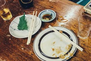 テーブルの上に食べ物のプレート - No.737390