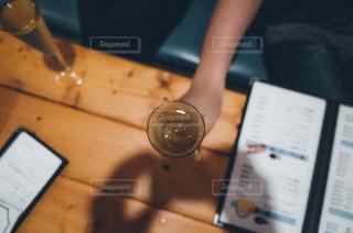 机に座っている人の写真・画像素材[737401]