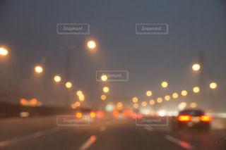 近くに信号機のアップの写真・画像素材[745581]