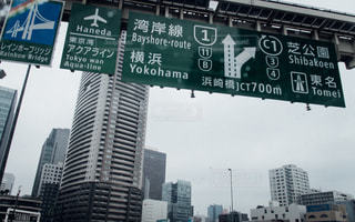 近くに建物の前に道路標識のアップの写真・画像素材[748983]