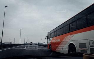 道の端に駐車してバス - No.748985