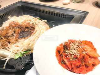 皿のご飯肉と野菜料理 - No.749435