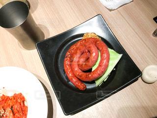 木製のテーブルの上に食べ物のプレート - No.749439