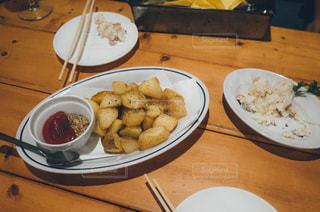 テーブルの上に食べ物のプレート - No.749453