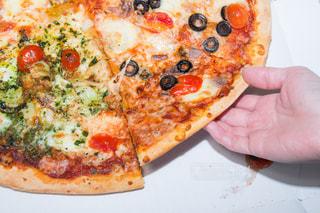 ピザのスライスを皿の料理の写真・画像素材[749471]