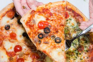 近くの皿にペパロニのピザのスライスを - No.749473