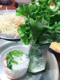 テーブルの上に食べ物のプレートの写真・画像素材[750061]