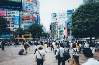 街の通りを歩いている人のグループの写真・画像素材[761001]