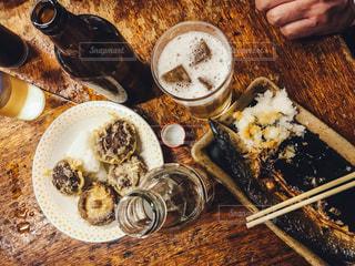テーブルの上に食べ物のプレートの写真・画像素材[813629]