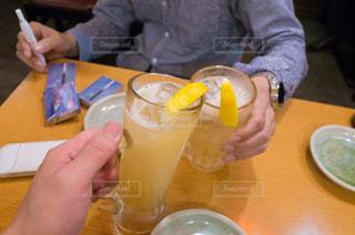 一杯のコーヒーをテーブルに着席した人の写真・画像素材[855635]