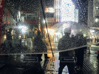 傘を持って雨の中歩く人々 のグループの写真・画像素材[855659]