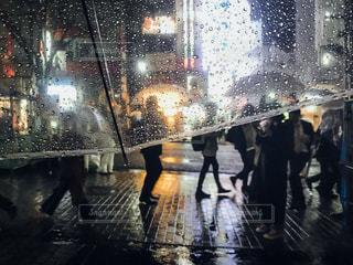 傘を持って雨の中歩く人々 のグループの写真・画像素材[855660]