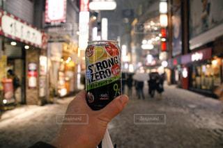 通りの都市のアルコールのボトルを保持している人 - No.1006023