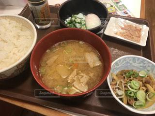 テーブルにあるスープのボウルの写真・画像素材[1006027]