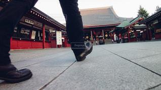 歩道をスケート ボードに乗って男の写真・画像素材[1060119]