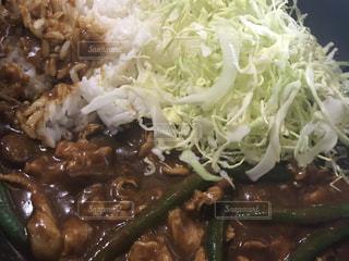 近くにご飯とブロッコリー料理のプレートのアップの写真・画像素材[1061236]