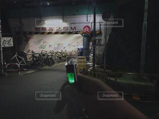 夜のライトアップされた街の写真・画像素材[1065441]