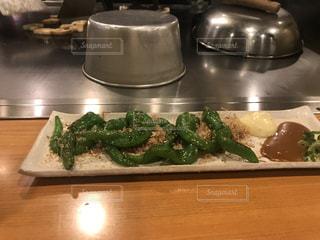 ブロッコリーまな板の上に食べ物のプレートの写真・画像素材[1065442]