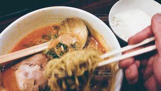 板の上に食べ物のボウルの写真・画像素材[1067603]